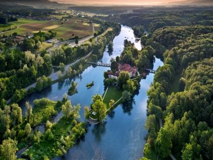 Krka river with Otočec castle (www.slovenia.info Photo by Riccardo Lavezzo)